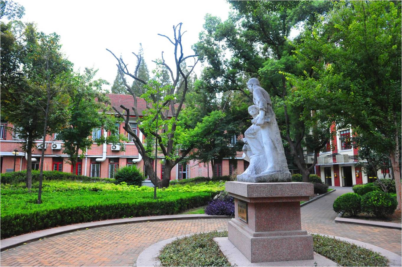 东华大学延安西路校区雕塑群