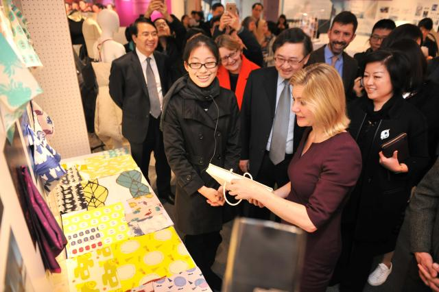 团队,赴英国参加了第25届伦敦毕业生时装周,他们作为中国内地唯一纺织