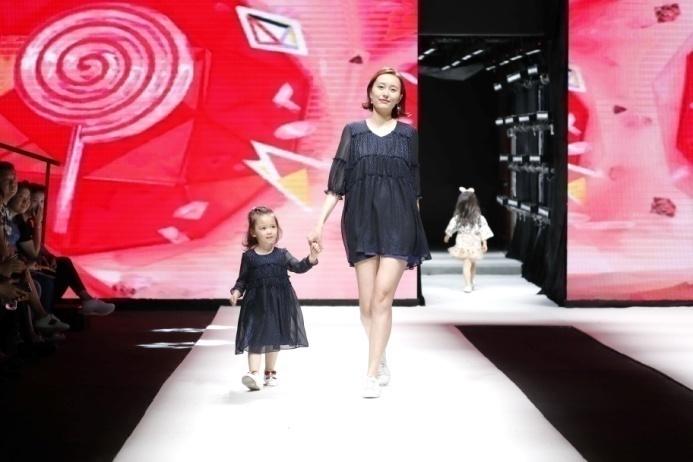归国后一直秉承着清新优雅的设计风格,在英国时尚品牌next担任设计师.