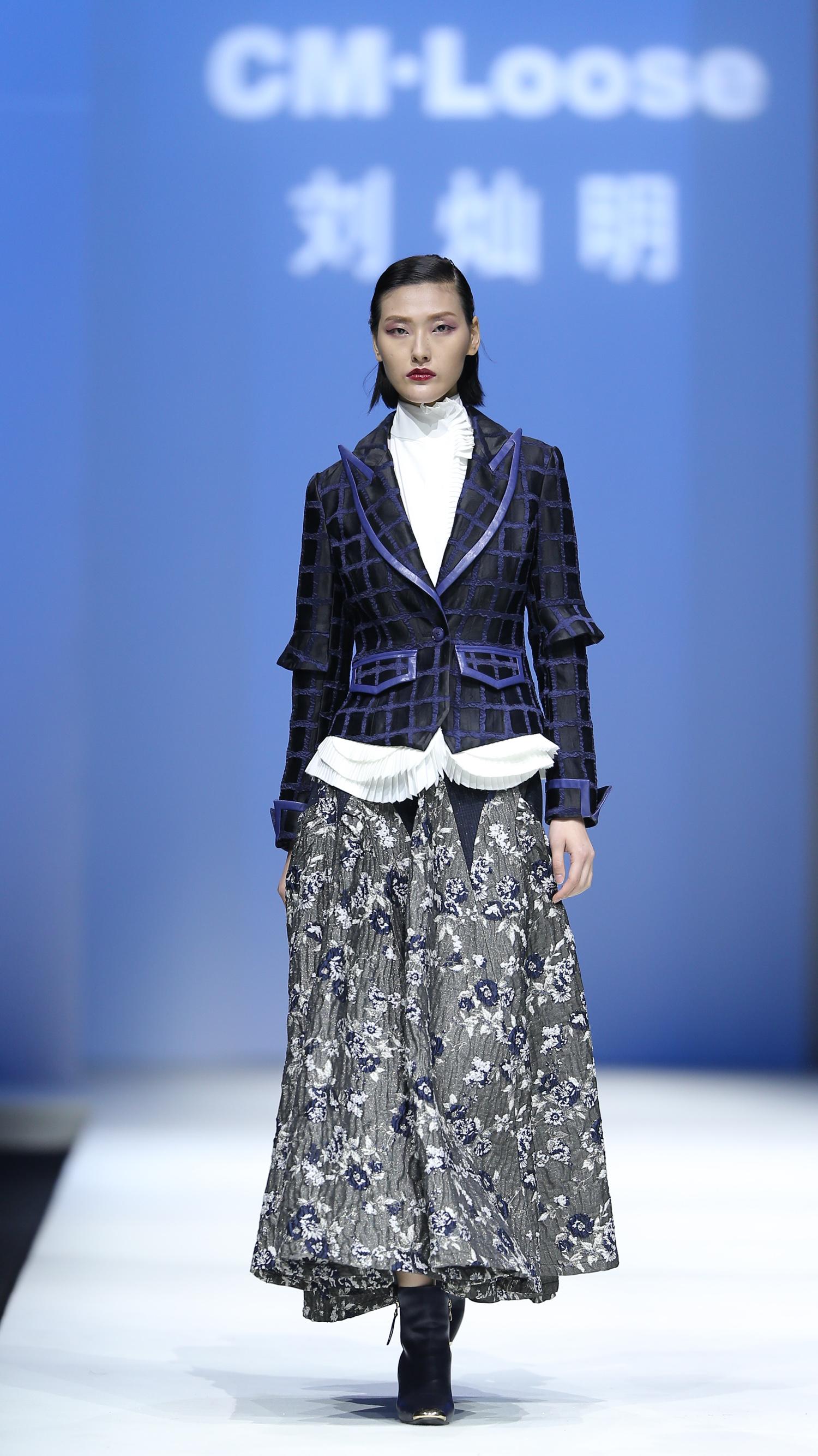 刘灿明现为我校服装与艺术设计学院副教授,中国十佳时装设计师
