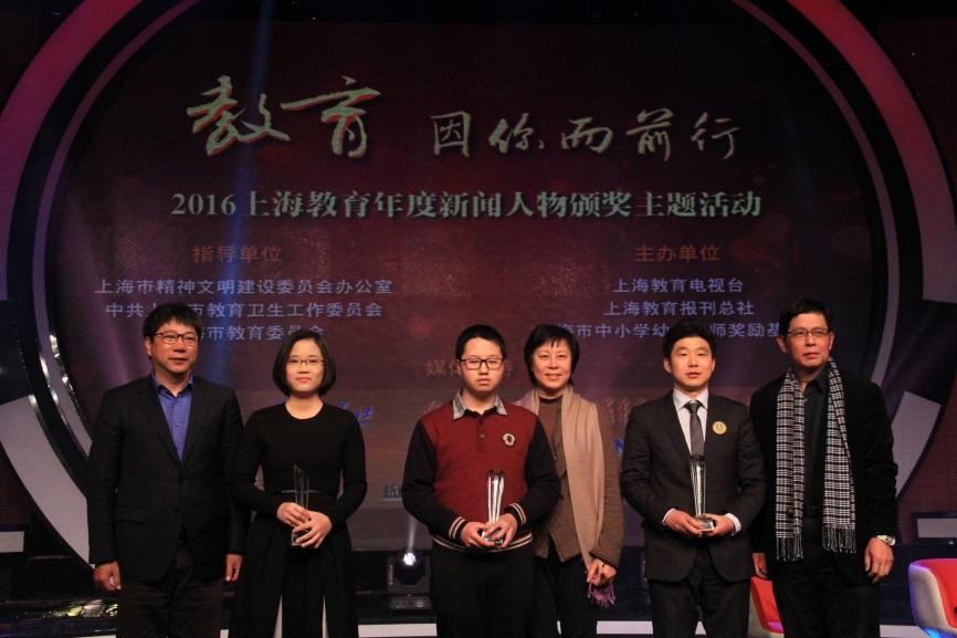 团队负责人,服装与艺术设计学院院长李俊教授代表团队领奖并深有感触