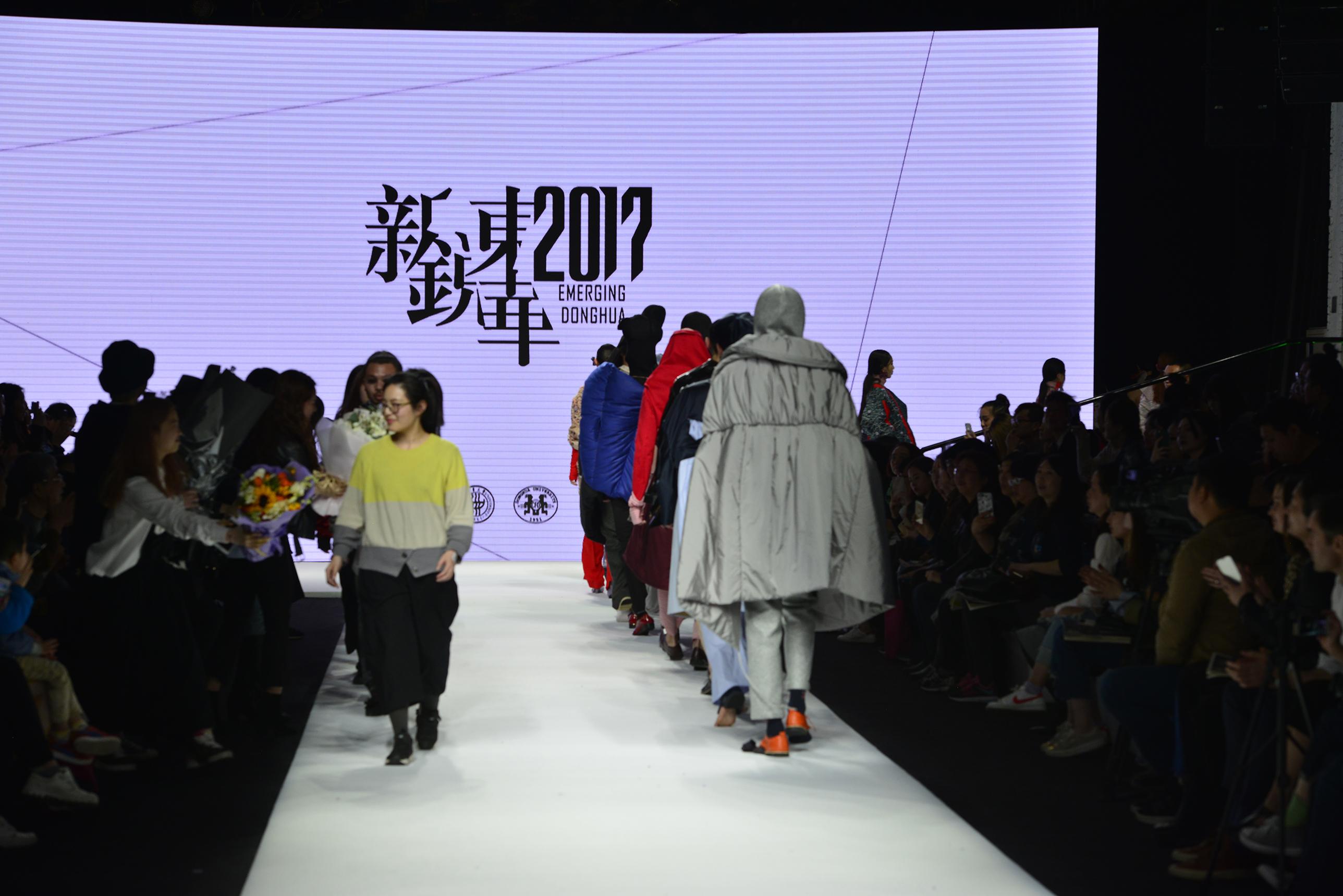4月12日晚,东华大学新锐设计师作品发布会亮相上海时装周静安800秀场,集中展现了东华新锐设计师培优支持计划成果,反映了新锐力量完成从本科生到社会人的角色转变,其中一名优秀设计师的作品将在6月代表东华大学参加伦敦毕业生时装周。此次展演的新锐设计作品融合了设计师们对时尚、设计、艺术、技术、材料、工艺等多方位的理解和表达,诠释了精致东华设计工匠的精神内涵。 东华大学党委副书记、纪委书记金海燕,副校长刘春红出席发布会,学生就业服务中心主任宋丽贞,服装与艺术设计学院党总支书记袁孟红,院长李俊,副院长李敏、